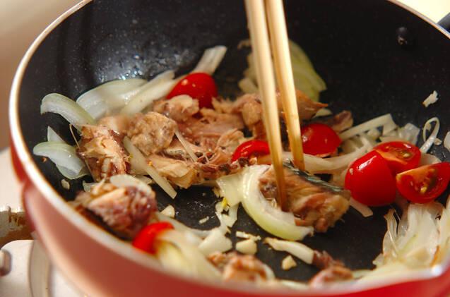 サバカレーと香菜のおにぎらずの作り方の手順2