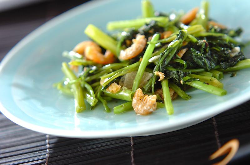 青の皿に空芯菜と海老の炒め物が盛られている
