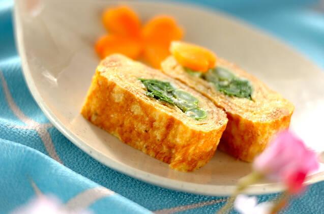 花びらの形をしたお皿に盛られた菜の花と明太子の卵焼き