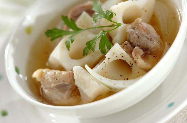 白い茶碗に入ったゴロゴロレンコンスープ