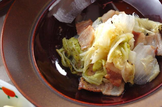 赤茶の皿に盛られた、白菜と豚肉の煮物