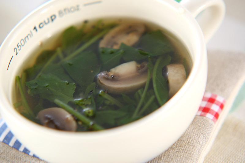 スープカップの中のマッシュルームスープ
