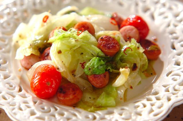 白い皿に盛られた、レタスのペペロンチーノ炒め