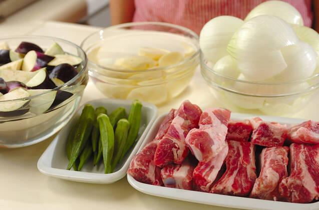 骨付き豚バラ肉と野菜の甘辛煮の作り方の手順1