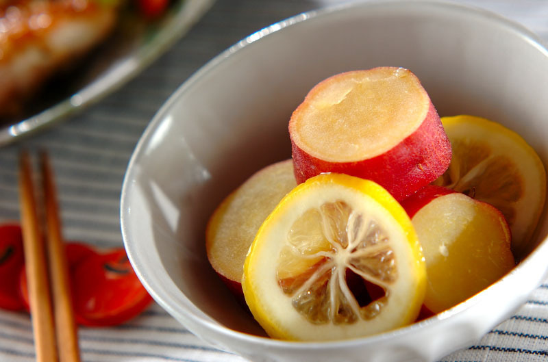 和食器に盛られたさつまいもとレモン