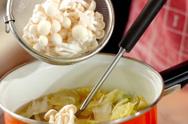 白菜とホワイトシメジのスープの作り方の手順3