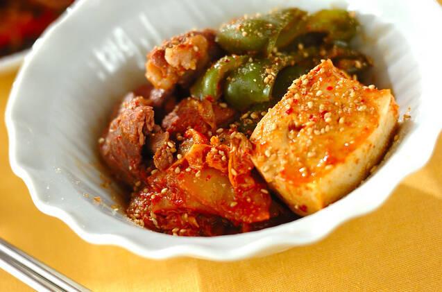 牛肉、ピーマン、豆腐と一緒に煮たキムチ煮