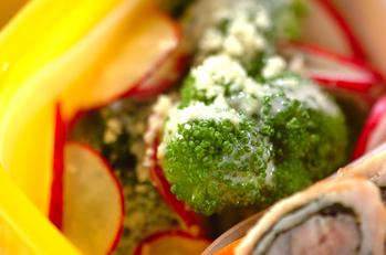 ブロッコリーとラディッシュのシーザーサラダ