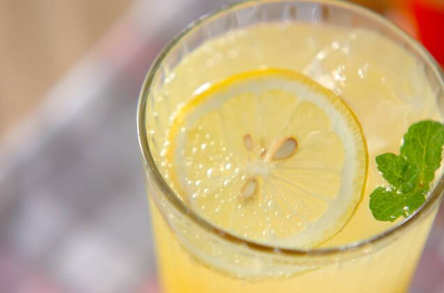 レモンスライスとミントの葉が入ったレモネード