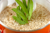 エノキとキヌサヤのかきたま汁の作り方1