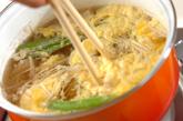 エノキとキヌサヤのかきたま汁の作り方2