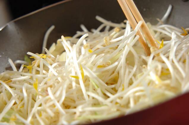 モヤシのマスタード炒めの作り方の手順2