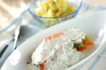 蒸し鮭のサワーソースとアンチョビキャベツ