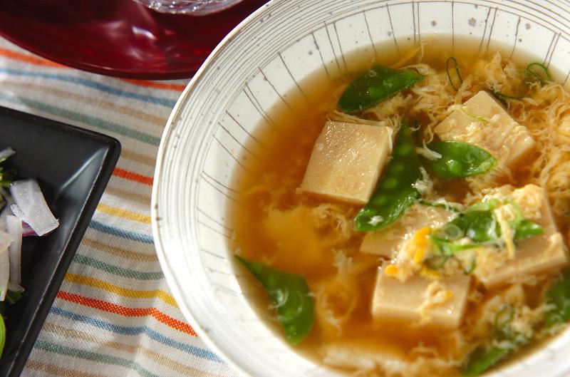 高野豆腐とキヌサヤが入った卵でとじたスープ