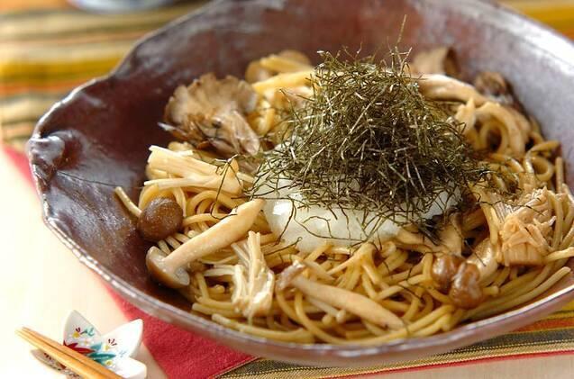 陶器皿に盛られた和風パスタと添えられたお箸