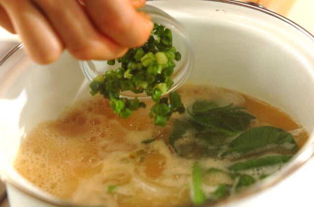 青菜とジャガイモのみそ汁の作り方の手順5