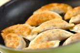 コンビーフの揚げ焼き餃子の作り方2
