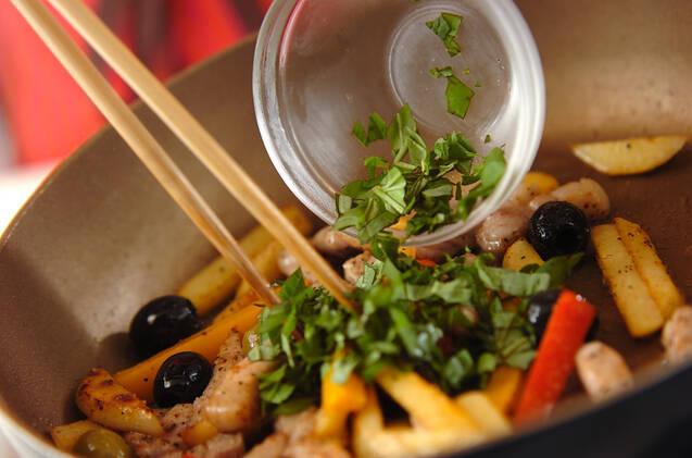 豚肉とジャガイモのバジル炒めの作り方の手順3