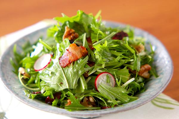3. 水菜とクルミのサラダ