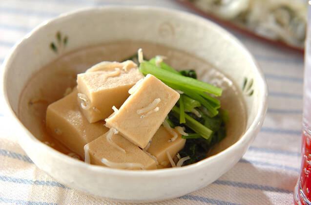 高野豆腐と小松菜のサッと煮が盛られた器