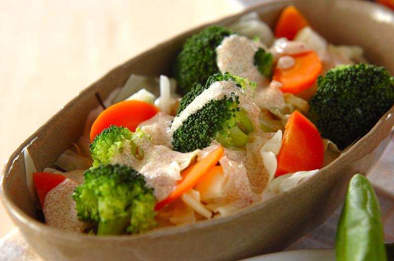 茶色い器に盛られた温野菜サラダ