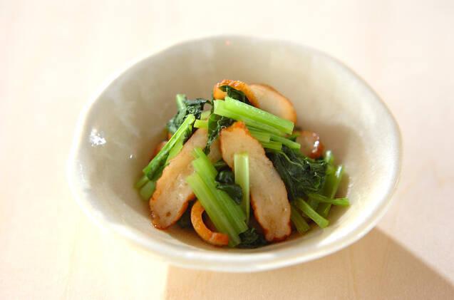 お皿に盛られた小松菜とさつま揚げのレンジ煮