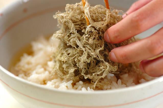 とろろ昆布と梅のサッパリスープご飯の作り方の手順3