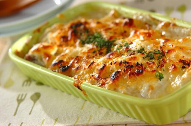 豆乳を使って作ったホワイトソースに白ネギやサケを加えて焼いたグラタン。