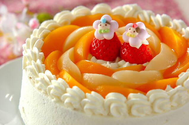 桃のデコレーションケーキ