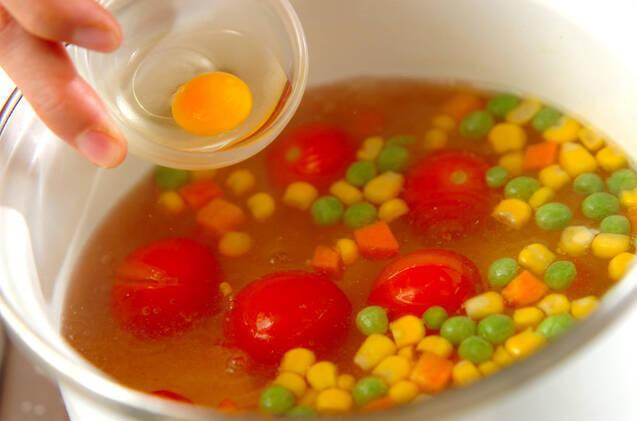 ウズラの卵とトマトのコンソメスープの作り方の手順4