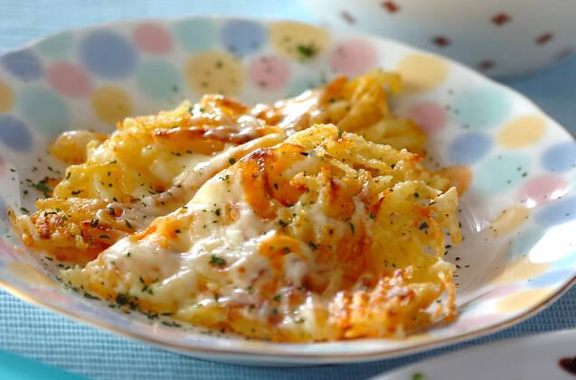 お皿に盛り付けたじゃがいも とチーズのガレット