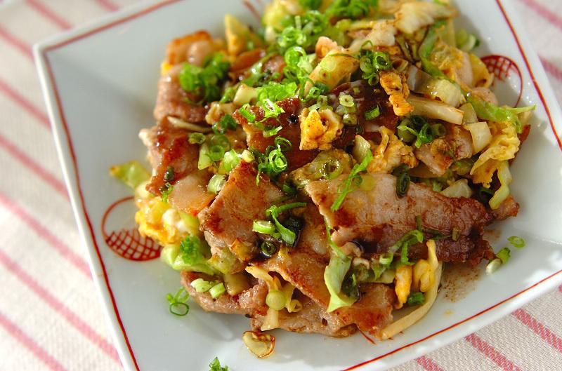 豚バラ肉、キャベツ、卵を炒め合わせ、醤油、ウスターソース、ケチャップでいただく。