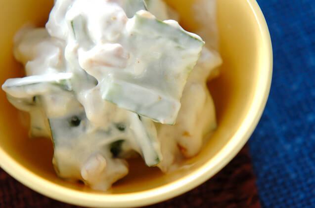 黄色いお皿に盛られたきゅうりのヨーグルトサラダ