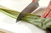 フキの豚肉巻き炒め煮の作り方1