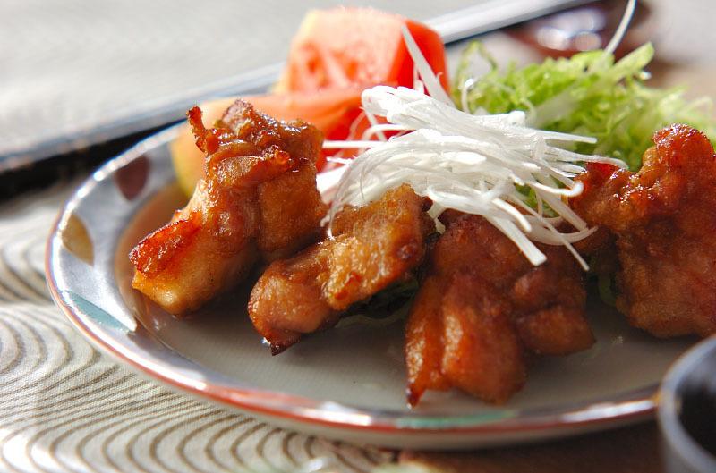 酒や醤油で味付けをした鶏もも肉に片栗粉をまぶし、油でカリッと揚げた鶏の唐揚げ。