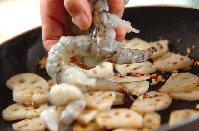 レンコンとエビのガーリック炒めの作り方の手順4