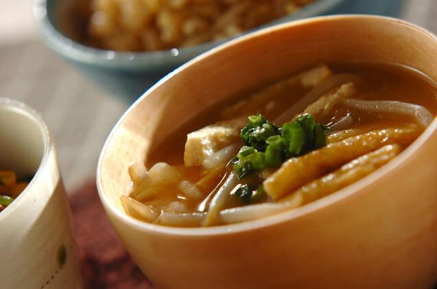 木の茶碗に盛られた油揚げともやしの味噌汁