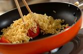 インスタントラーメンで塩トマト焼きそばの作り方2
