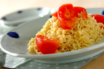 インスタントラーメンで塩トマト焼きそば