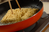インスタントラーメンで塩トマト焼きそばの作り方1