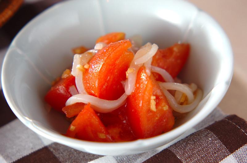 白い小皿に入ったいかそうめんとトマト和え