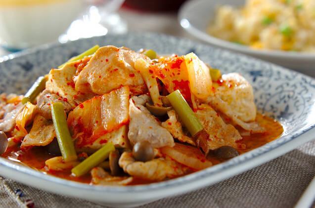 豆腐とジメジ、にんにくの芽を入れた豚キムチ炒め