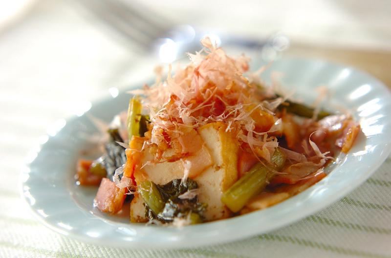 お皿に入った野沢菜と厚揚げの炒め物