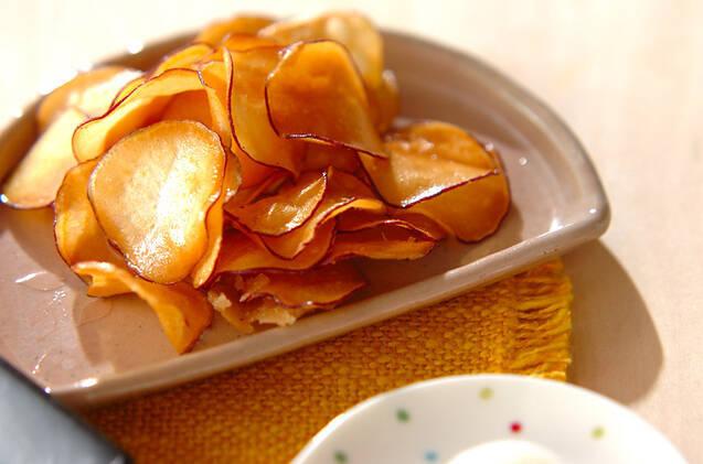 お皿に入れたさつまいものバターチップス