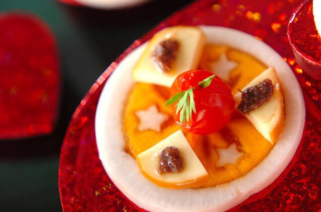 大根と柿のスライスにスモークチーズとアンチョビなどをのせたカナッペ