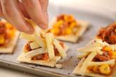 クラッカーでピザの作り方1