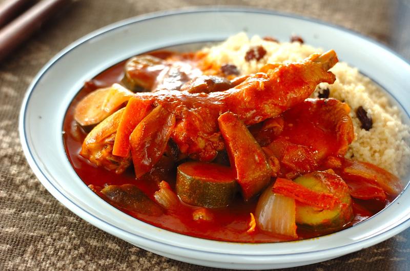 淡い青色のお皿に盛られた鶏肉のトマト煮