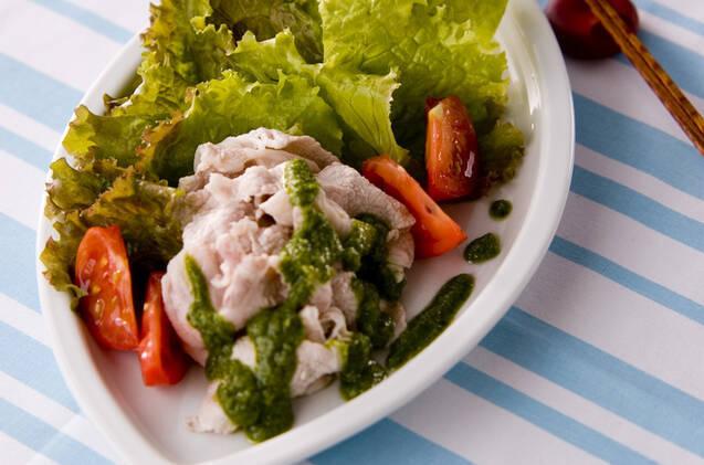 皿に冷しゃぶと野菜、バジルのソースが盛り付けてある