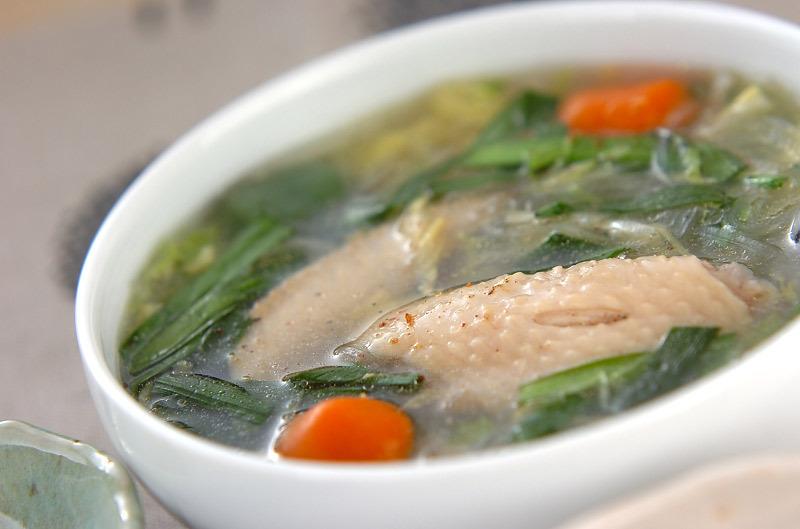白い器に入った、手羽先と白菜と春雨のスープ