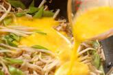 キヌサヤとモヤシの卵とじの作り方3